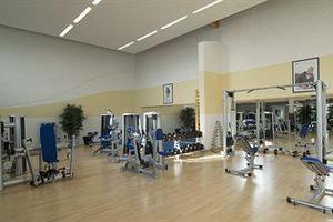 Fitness-Studio mit modernen Trainingsgeräten und professioneller Sportbetreuung