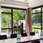 Tagen im Grünen auf der Terrasse des Tagungsraumes Rhein