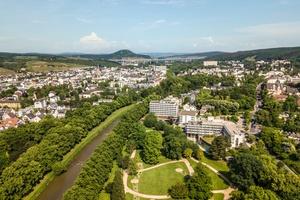 Drohnenansicht Hotellage im Dahliengarten und direkt an der Ahr