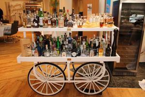 Spirituosen Wagen mit 120 verschiedenen Gins und 40 verschiedenen Whiskys